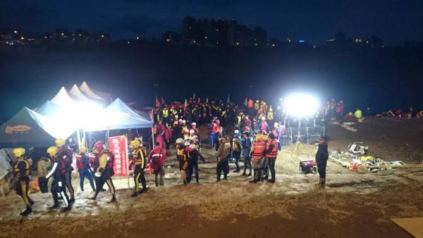 今晚最後一批搜救隊員下水。(記者錢利忠攝)