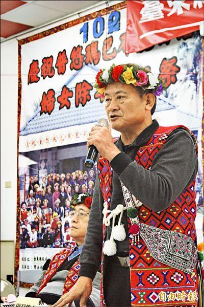 巴布麓部落事件發言人潘調志在卑南族民族議會中,說明該部落在大獵祭期間族人遭警方拘捕始末。(記者王秀亭攝)