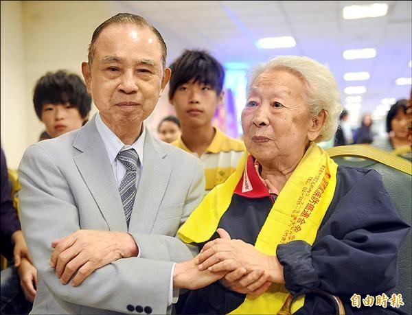 莊淑旂社福基金會曾舉辦防癌活動,本報發行人吳阿明(左)親自向中醫博士莊淑旂(右)致意。(資料照,記者王敏為攝)