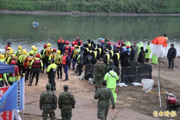 潛水人員集結準備下水搜尋。(記者吳昇儒攝)