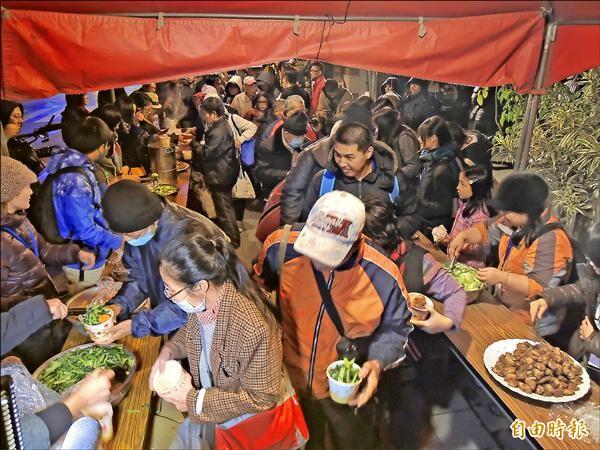 芒草心慈善協會、人生百味與好管家三個組織,昨在素有「台北第一街」之稱的貴陽街上合辦街友社區共煮共食。(記者葉冠妤攝)