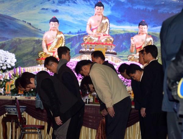 復興航空空難罹難者頭七法會9日晚間的台北第二殯儀館舉行,政府各相關機關人員前來弔念。(記者王藝菘攝)