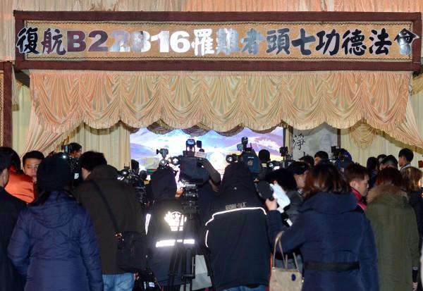 復興航空空難罹難者頭七法會9日晚間的台北第二殯儀館舉行。(記者王藝菘攝)