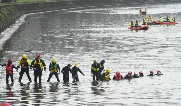 復興航空空難的搜救人員有多人因重感冒病倒,導致今天上午的搜救人力明顯減少。(記者劉信德攝)