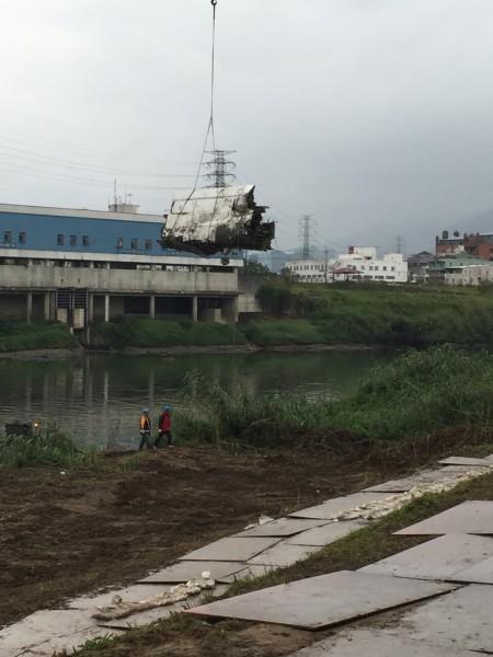 搜救現場再度尋獲機翼殘骸。(記者吳昇儒攝)
