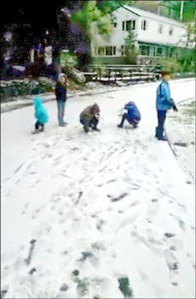 新竹縣尖石鄉高山部落昨天降雪,新光國小的森林教室滿地雪花。(新光國小提供)