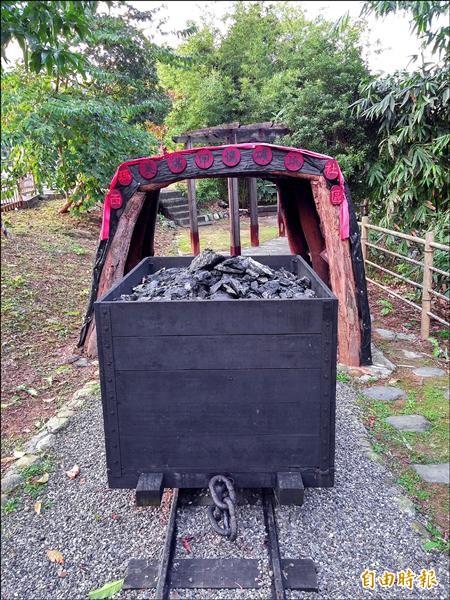 瑪西在日治時期是產煤重鎮,甚至出現「來到阿班嶺,無想厝母囝」的諺語,居民特地將早年的輕便運煤車再製重現。(記者林欣漢攝)