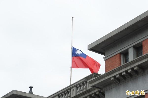 新竹市府表達對復興航空空難最大的哀悼之意,市府前的國旗與各機關單位同步下半旗,期許傷者走出陰影。(記者洪美秀攝)