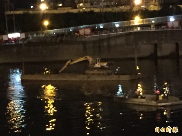 台北市消防局緊急借調平台船與怪手,預計明早開挖河床淤泥。(記者曾健銘攝)