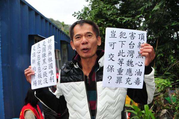 抗議天王柯賜海今天拿著他做好的「頂新黑心油毒害」等抗議標語,到法院外抗議。(資料照,記者花孟璟攝)