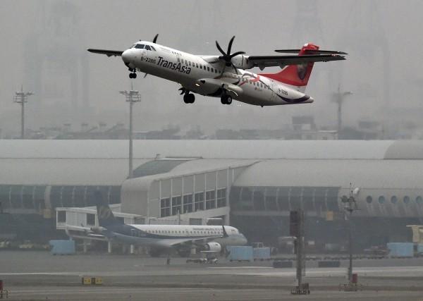 因ATR機隊駕駛進行重訓,復興航空明起將取消國內線25個航班。圖為復興航空ATR72-600型客機。(資料照,記者張忠義攝)