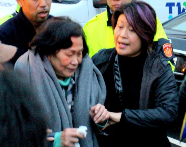 劉自忠母親(左)悲痛,難已接受愛兒死訊。(資料照,記者郭逸攝)