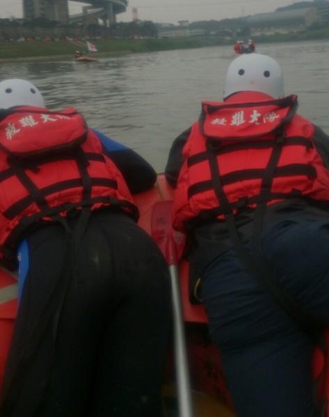 新北搜救人員表示,每一個細節任務回到岸上,冰冷的身體根本吃不消,卻還要自己生火點暖爐燈。(圖擷取PTT)