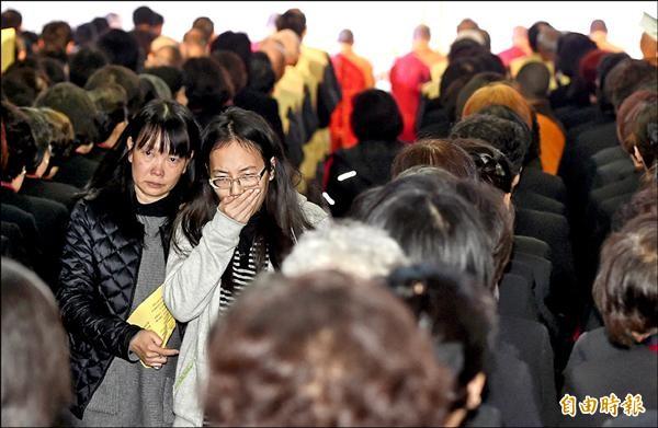 復航空難罹難者聯合公祭,昨天在北市第二殯儀館舉行,罹難者家屬仍難以撫平傷痛。(記者廖振輝攝)