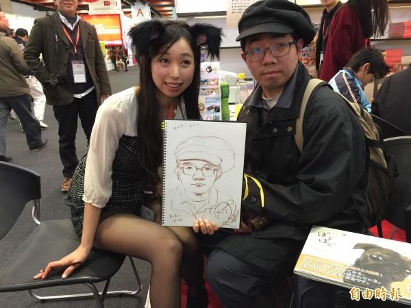 日本作家金澤麻由子(左)化身萌犬女郎,為書迷畫肖像。(記者楊媛婷攝)
