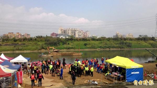 台北市政府連上方道路都畫為管制區,不但未提供最新資訊給記者,封鎖線內還有一堆無關人等隨意進出。(記者吳政峰攝)