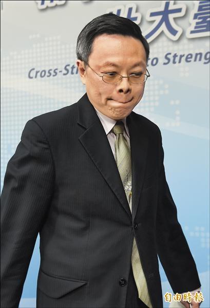 陸委會前副主委張顯耀涉國安洩密案,台北地檢署偵結不起訴處分,陸委會主委王郁琦昨日召開記者會表示不能認同,宣布請辭負責。(記者簡榮豐攝)