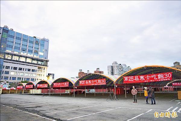 ▲寒士尾牙台北場現場帳篷已搭建完成。(記者陳炳宏攝)