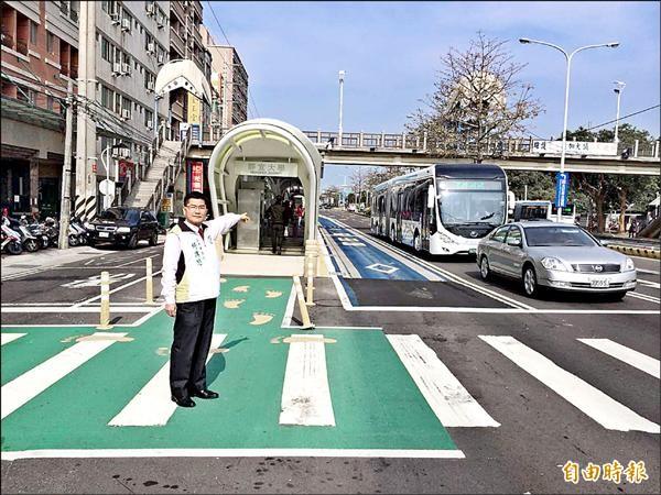 民進黨議員楊典忠昨天要求,因BRT上路而取消的長程公車,應該儘速恢復。(記者唐在馨攝)