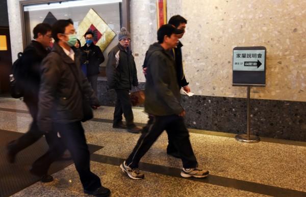 復興航空上午於台北舉行賠償說明會,家屬在工作人員陪同下進入會場。(記者羅沛德攝)