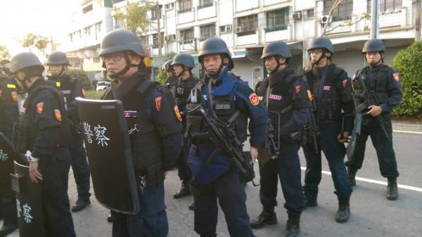 警方準備攻堅。(記者洪臣宏攝)