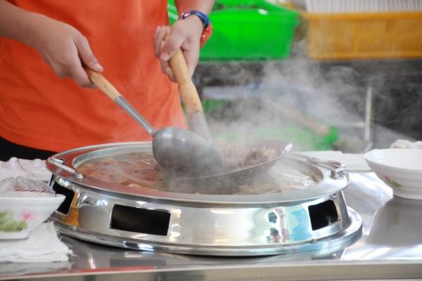 枋寮牛肉益牛雜湯昨天開幕一碗只要「九角」。(記者陳彥廷攝)