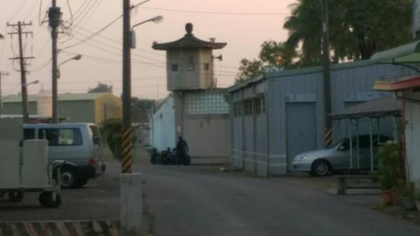 高雄大寮監獄下午驚傳受刑人挾持獄警、替代役男及典獄長陳世志。(記者洪臣宏攝)