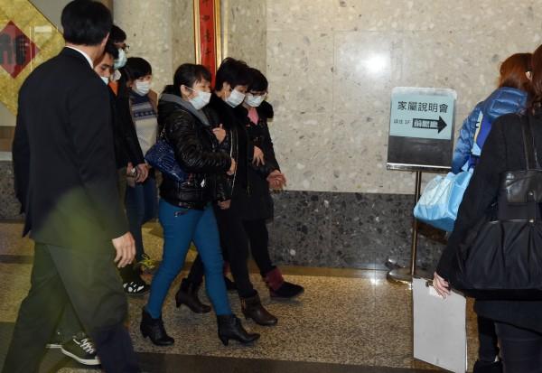 復興航空台北空難事件,今天在台北舉行賠償說明會,中國籍家屬在工作人員陪同下進入會場。(記者羅沛德攝)