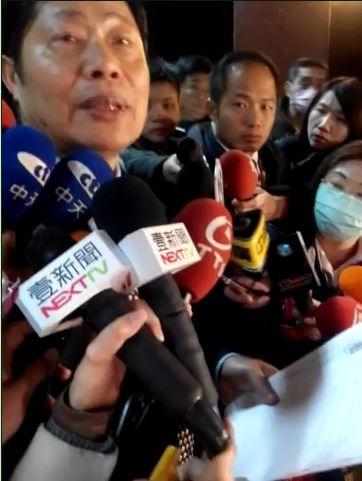 矯正署長吳憲璋11日晚間逐字念出大寮監獄挾持案歹徒的5項訴求。(記者黃佳琳攝)