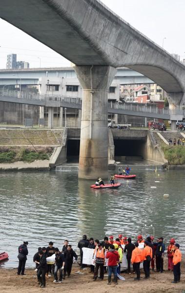 復興空難今天在南湖大橋下方尋獲兩具遺體。(記者王敏為攝)