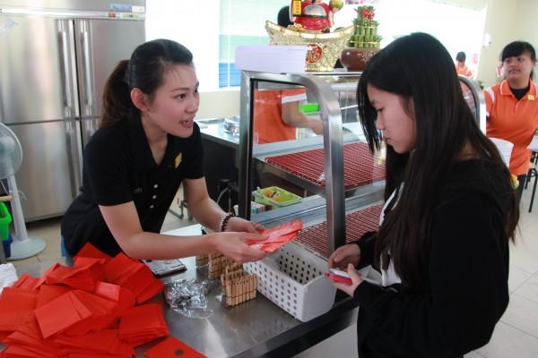店家用心找來上千個一角包在紅包袋裡找給客人。(記者陳彥廷攝)