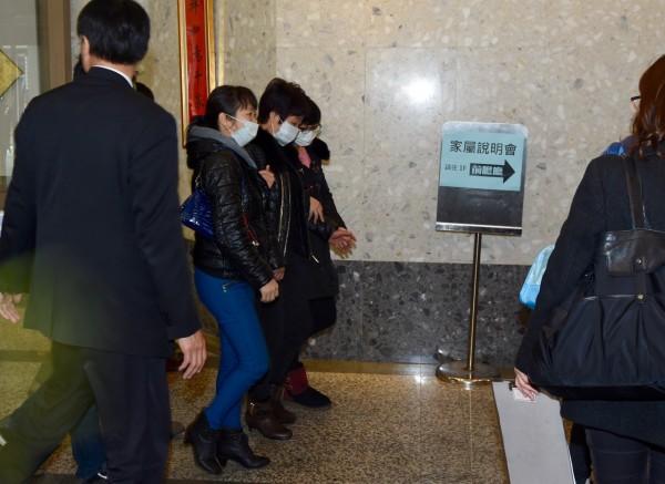 復興航空上午於台北舉行賠償說明會,中國籍家屬在工作人員陪同下進入會場。(記者羅沛德攝)