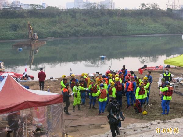 搜救人員整裝準備投入搜尋最後1名中國籍罹難者陳仁泰的遺體。(記者溫于德攝)