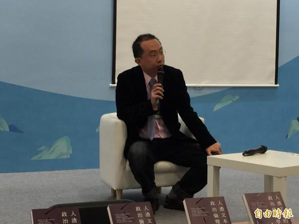 作家周偉航今天在台北書展座談會上指出,今早割闌尾志工被銬一事,警方透過他欲跟志工和解。(記者楊媛婷攝)