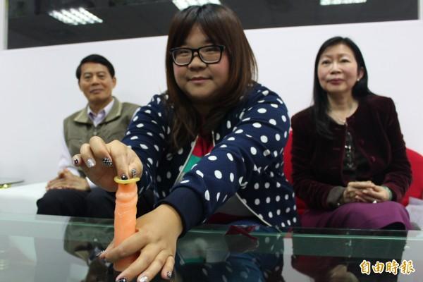 台灣大學生超過一半做愛不戴保險套,專家示範正確戴套方式。(記者陳祐誠攝)