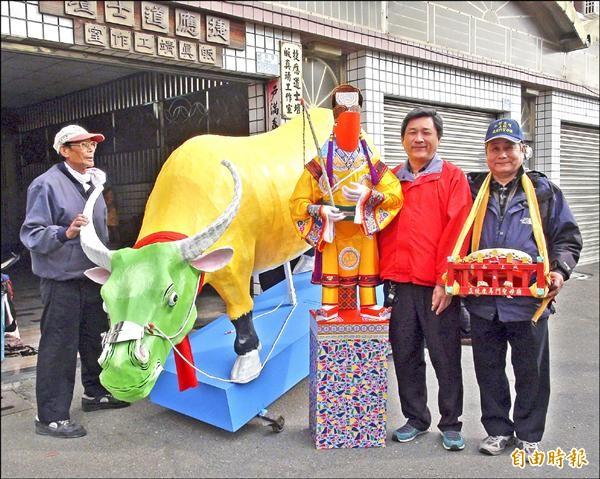 正統鹿耳門聖母廟完成農曆年重頭戲的「紙糊春牛」及「芒神(牧童)」。(記者洪瑞琴攝)