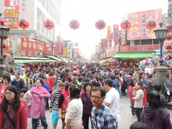 中國觀光客出國旅遊失態事件頻傳,上海市官員透露未來上海市民出國旅遊時若有不文明舉動,將被列入黑名單,限制出境。圖為示意圖。(資料照,記者陳燦坤攝)