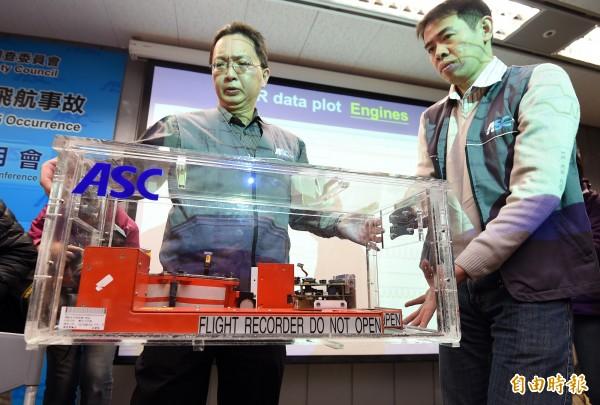 飛安會6日召開復航GE235班機失事事件解讀黑盒子記者會,公布飛航紀錄器初步解讀,圖為飛安會人員出示黑盒子。(資料照,記者廖振輝攝)