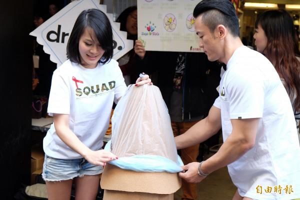 台灣紅絲帶基金會找來猛男、正妹示範如何以「拆、捏、轉、套、握」口訣,來正確穿戴保險套。(記者陳炳宏攝)