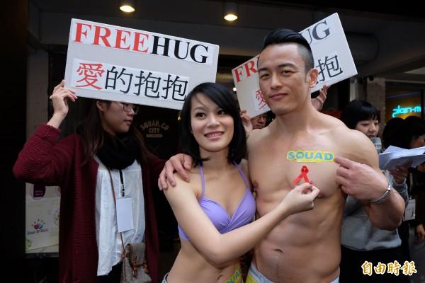 台灣紅絲帶基金會找來猛男、正妹,貼上紅絲帶,推廣正確的性觀念以防止愛滋病感染。(記者陳炳宏攝)