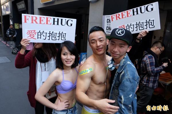 台灣紅絲帶基金會找來猛男、正妹,用愛的抱抱等遊戲,與民眾互動,藉以推廣正確的性觀念以防止愛滋病感染。(記者陳炳宏攝)