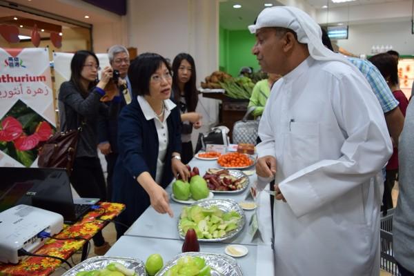 高雄市府顧問劉世芳(左一)率官員至中東巴林,於當地超市Al Jazira爭取到蜜棗、芭樂每月1公噸訂單。 圖為高雄首選農產拓銷活動進行實況。(圖片由市府提供)