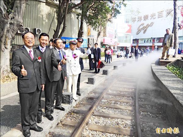 台鐵新竹車站與日本東京車站締結姐妹車站,日本來訪的官方代表也走進新竹站前廣場模擬鐵道,感受台灣鐵道風情。(記者洪美秀攝)