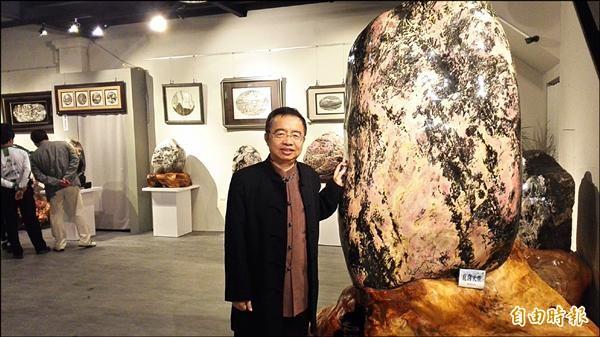 從檢察官轉業在花蓮縣執業的律師曾泰源,因為喜歡玫瑰石開設玫瑰石藝術館。(記者王錦義攝)