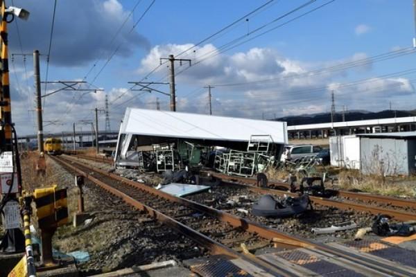 日本JR山陽線鐵路今天上午發生撞車事故,造成15人受傷。(圖擷取自中新網)