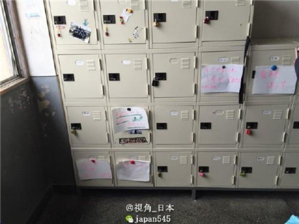 日本某間學校的男學生因太想要情人節巧克力,直接在自己的鐵櫃外面搞笑得留言。(取自微博)
