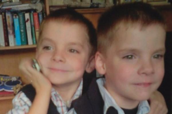 已故的洛根(左)和他雙胞胎兄弟查克里。(圖擷取自《鏡報》)