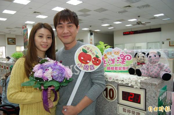 新人陳彥賓(右)和林育琦(左)選在今天情人節,決定攜手一生,到新營戶政所辦理登記結婚。(記者楊金城攝)