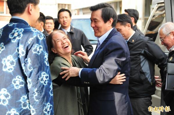 自稱「30年沒過情人節」的超級「馬粉」王媽媽(左),一看到總統馬英九(右)就伸出雙手,和馬來個「愛的抱抱」。(記者花孟璟攝)