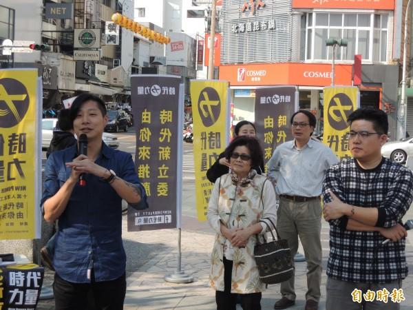 新政黨「時代力量」「建黨工程隊總隊長」Freddy(左一)向年輕人宣講。(記者丁偉杰攝)